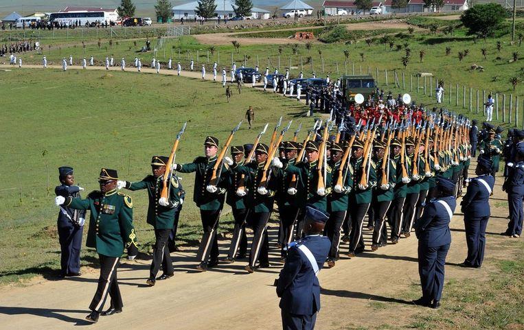 De militaireparade die de kist met Mandela naar de uitvaartdienst bracht. Beeld ap