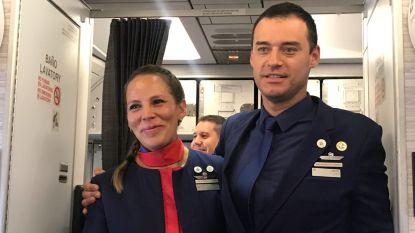 """""""Hier?!"""" Primeur: paus trouwt totaal onverwacht stewards in volle vlucht"""