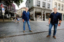 Pandeigenaar Cees Reijner (links) en Guus Welten van de Vrije Boekhandel.