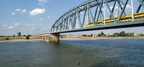 Duwbak schampt pijler van Nijmeegse spoorbrug: treinverkeer tijdelijk gestremd