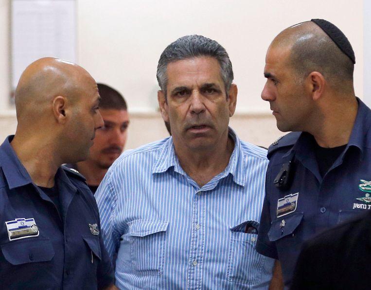 Gonen Segev (midden) onder begeleiding van gevangenisbewakers.