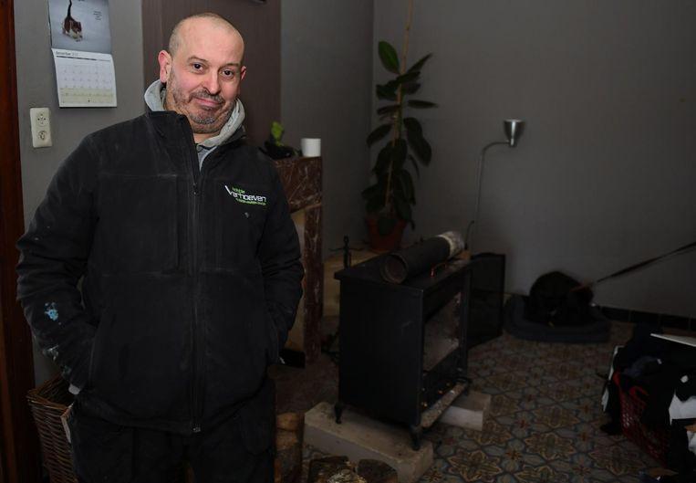 Patrick Boulanger bij de kachel waaraan de brand ontstond.