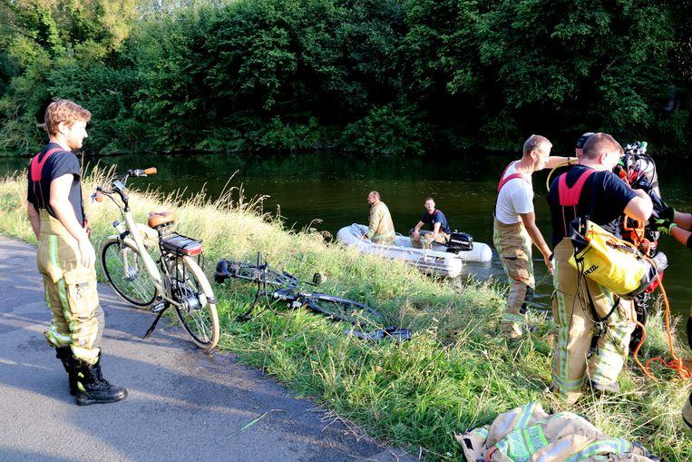 De fiets links kon uit het water gehaald worden. De vrouw werd met onderkoeling naar het ziekenhuis gebracht maar is er niet erg aan toe.
