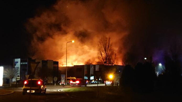 Een grote brand woedt bij Virupa in Aalten