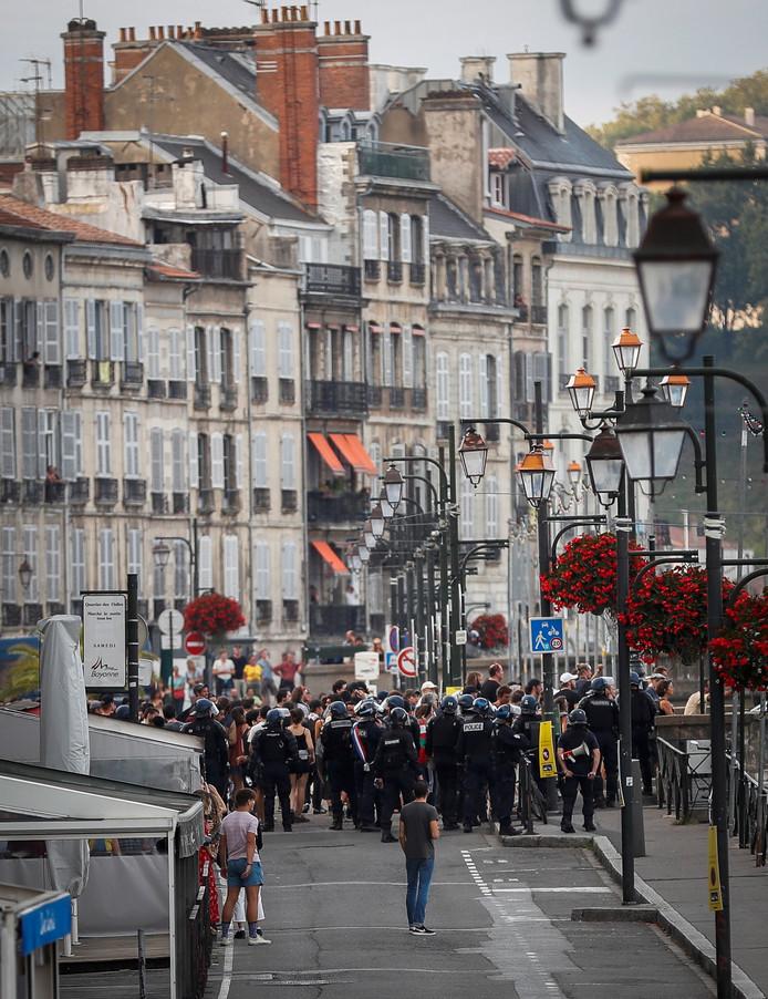 Het kwam zaterdagavond tot een clash tussen politie en demonstranten in Bayonne.