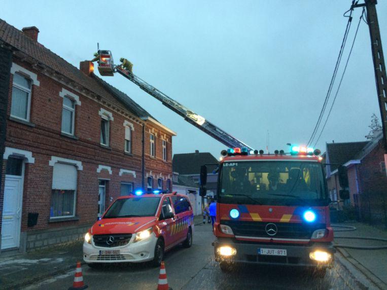 Brandweermannen uit Lede, Wichelen en Moorsel kwamen ter plaatse.