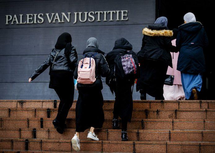 Leerlingen en schoolleiding komen aan bij het gerechtshof, waar het hoger beroep van het Cornelius Haga Lyceum dient over de publicatie van het rapport van Inspectie van het Onderwijs. De school maakte bezwaar tegen publicatie door de inspectie.