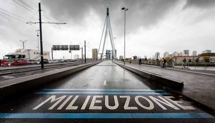 Een milieuzone bij de Erasmusbrug in het centrum van Rotterdam
