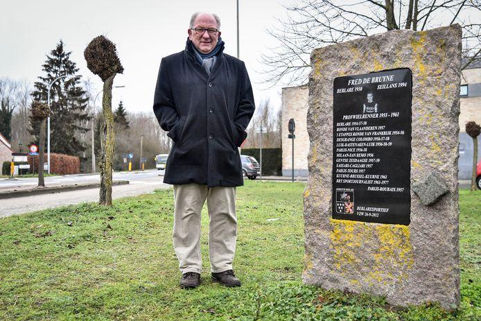 Jeff De Kegel bij het monument van Fred De Bruyne. De vzw wil het monument opwaarderen tot rustplaats voor wielrenners.