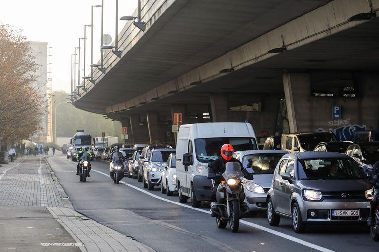 File onder het Herrmann Debroux-viaduct in Brussel.