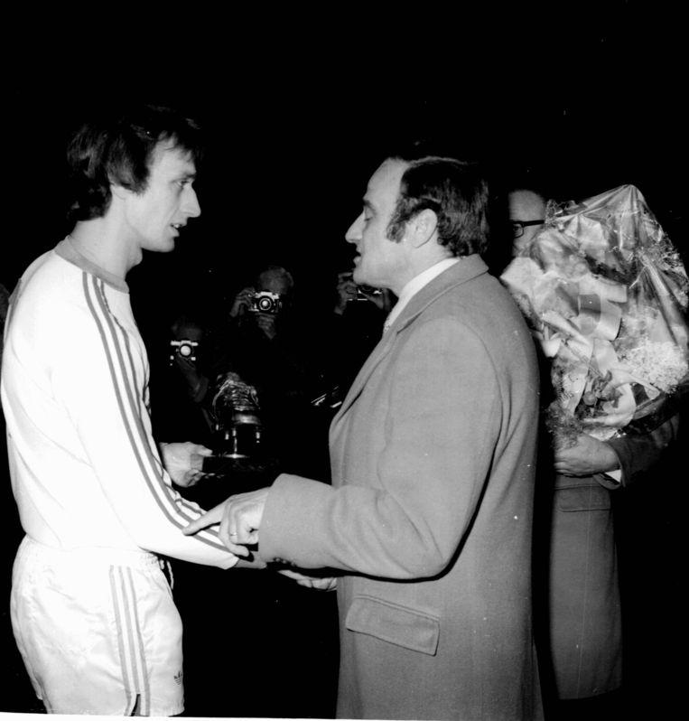 Rensenbrink krijgt de Gouden Schoen overhandigd in 1976, hij eindigt voor ploegmaat Francois Van der Elst en Raoul Lambert van Club Brugge.