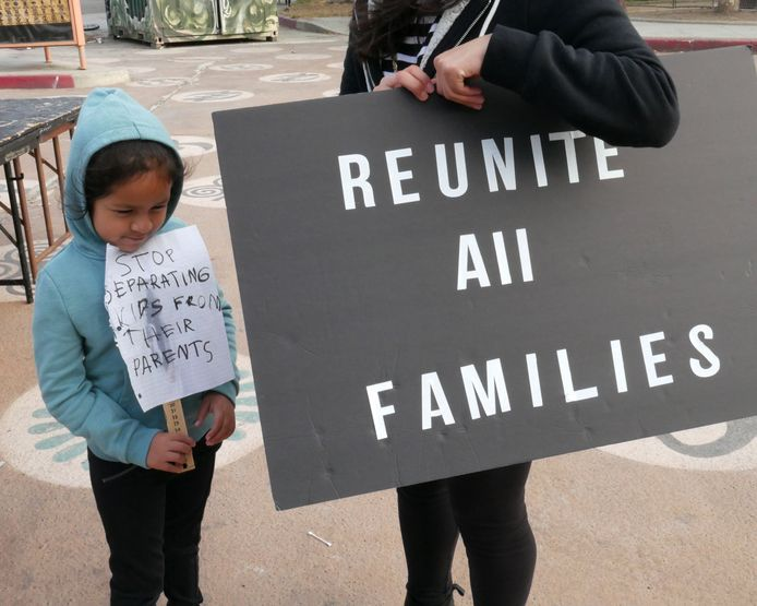 Twee deelnemers aan een demonstratie tegen het immigratiebeleid van de regering-Trump in Los Angeles.
