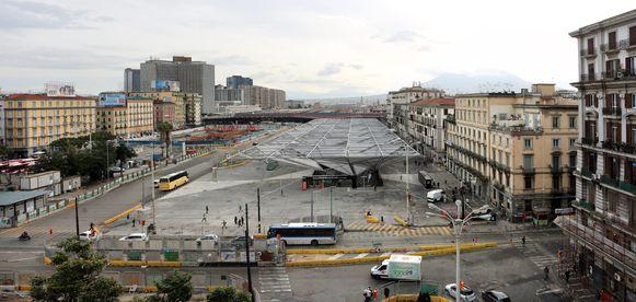De vrouw liep over dit plein aan het station van Napels toen ze onwel werd.