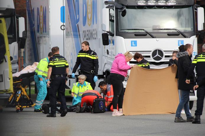 Agenten en ambulancepersoneel na het ongeluk in Naaldwijk.