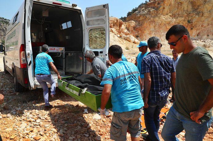Hulpdiensten verplaatsen in de omgeving van Narlikuyu een lijkzak met daarin het lichaam van Joey Hoffmann.
