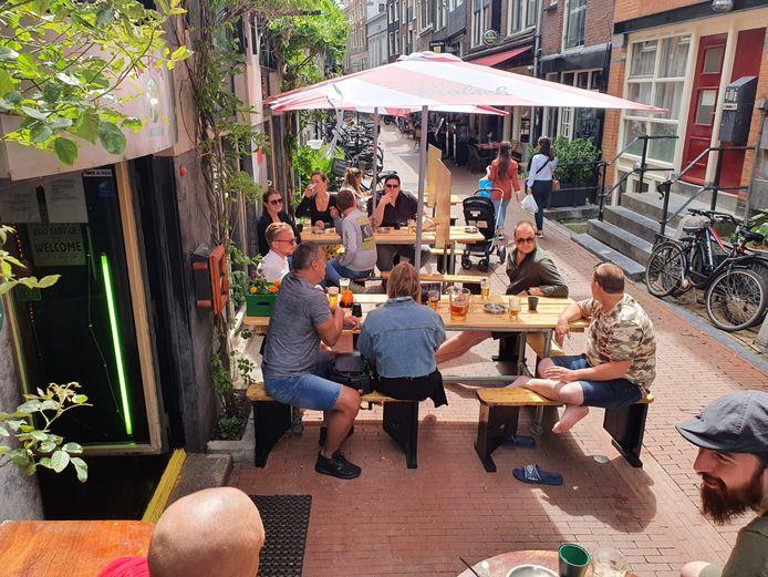 Het compacte terras van The Poolbar in de Voetboogstraat zit al lekker vol.