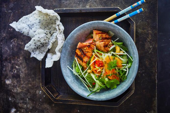 Papaja-mangosalade met geroosterde zalm & crispy rijstvellen