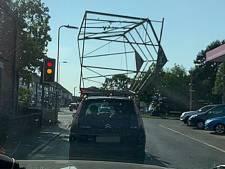 Automobilist vervoert complete kas op zijn dak