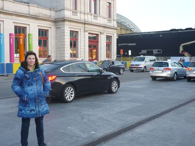 Sabine Bovend' aerde op het Martelarenplein, een standplaats voor taxi's. Ze vindt het schandalig dat sommige chauffeurs korte ritten weigeren.