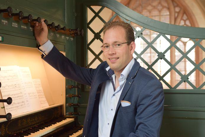 Reinier Korver achter het orgel van protestantse kerk aan de Haven in Waalwijk.