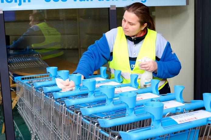 Winkelwagentjes in de supermarkt worden ontsmet na iedere klant. Het pinapparaat niet, reden voor veel mensen om contactloos met de mobiele telefoon te betalen.