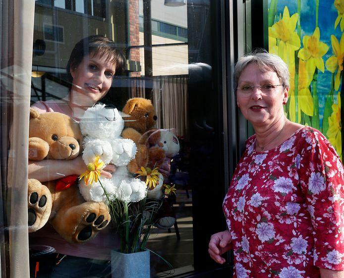 Anneke Heidema (rechts) en activiteitenbegeleidster Claire Zwaan met een deel van de knuffels die inmiddels zijn ingeleverd.