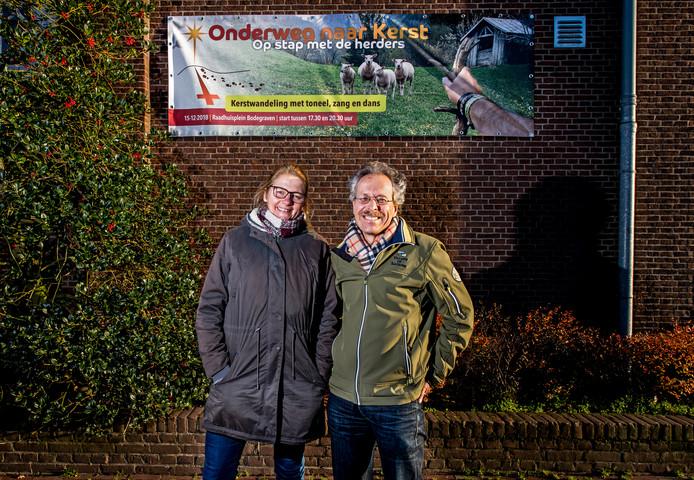 Lenie Hartman en dominee Bram Tack bij de Lutherkerk in Bodegraven.
