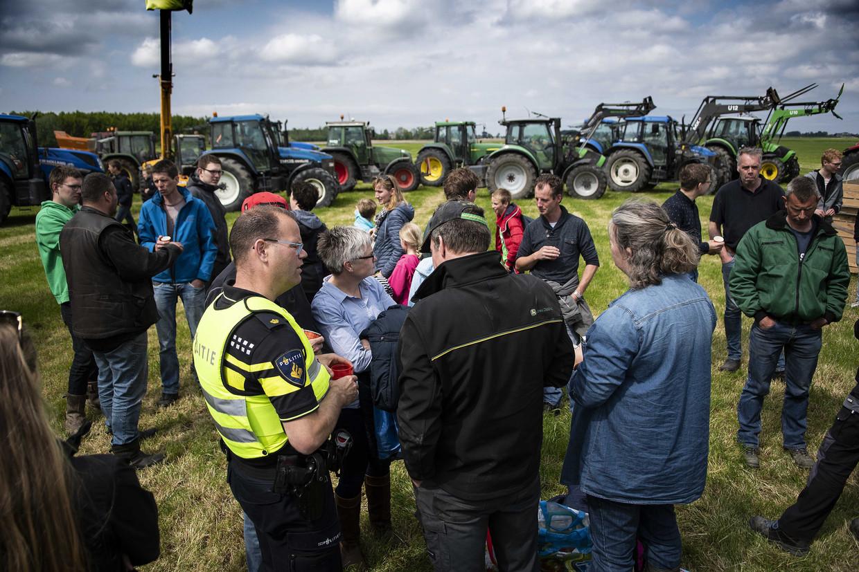 De boeren organiseerden kort na de aardbeving een demonstratie waar ongeveer 70 tractoren aan meededen.