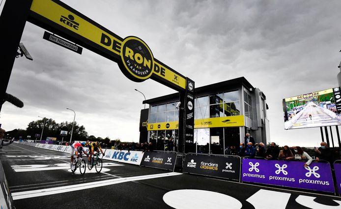Mathieu van der Poel, winnaar van de Ronde van Vlaanderen, vecht met Wout van Aert uit wie de Ronde van Vlaanderen wint. Daar wordt, net als bij de andere voorjaarsklassiekers, geen publiek verwacht.