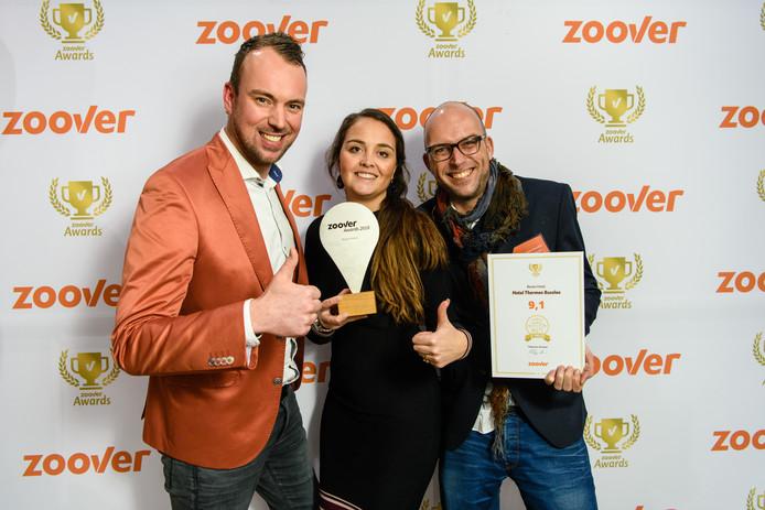 Medewerkers van Hotel Thermen Bussloo tonen de Zoover-award.