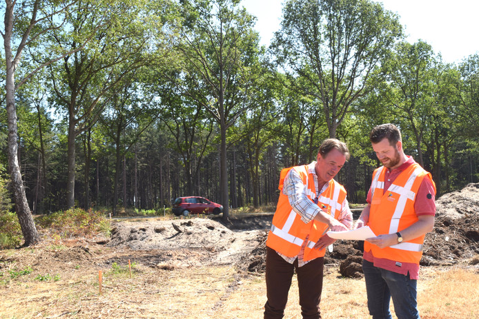 Wethouder Bert Schellekens (l) en Projectleider Tim Hinssen nemen de vorderingen van de bouw van de faunapassage aan de Turnhoutsebaan in Goirle door.