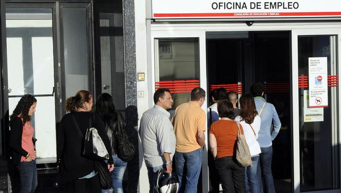 Spanjaarden in de rij voor een uitzendbureau