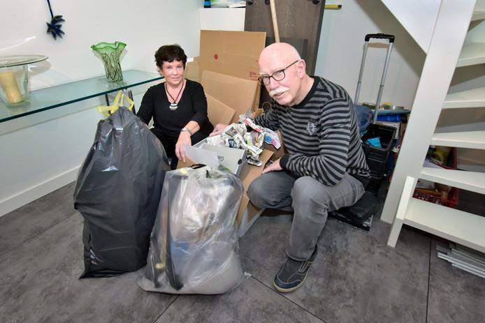 Jan en Elly Heisen bij de afval in hun woning.