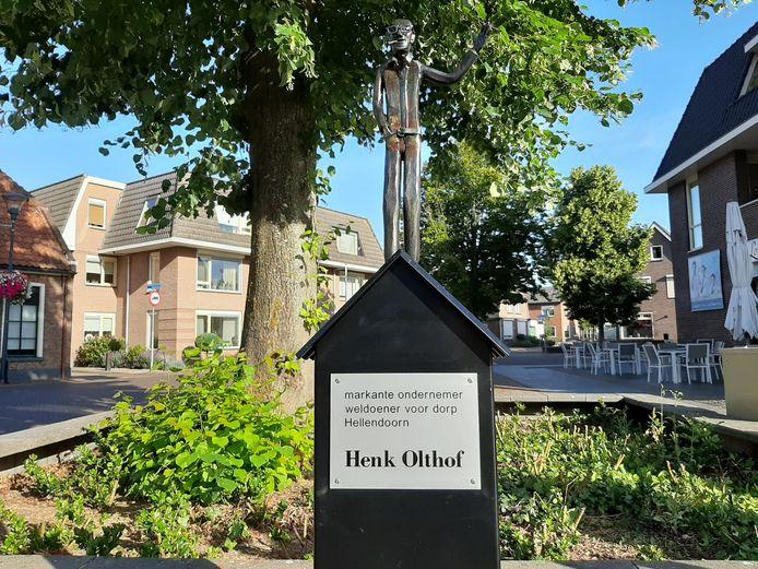 De doodzieke ondernemer Henk Olthof wordt door bevriende zakenrelaties met een beeldje op de Schapenmarkt in hartje Hellendoorn geëerd.