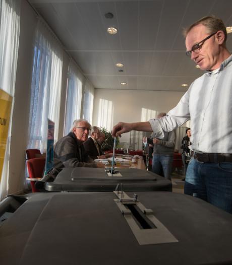 'Middeleeuws' stemmen op een drukbezocht stembureau in Kampen