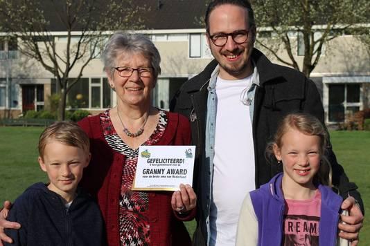 Oma Willemien ontvangt uit handen van radiomaker Frank van 't Hof en haar kleinkinderen Vianne en Hessel de nominatie voor de Granny Award.