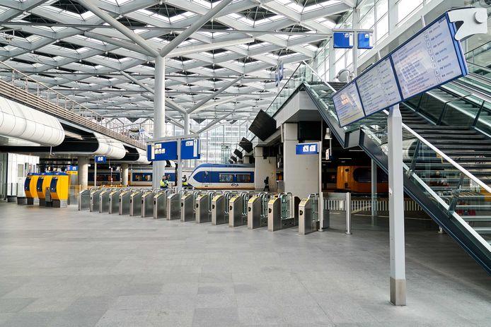 Een leeg Den Haag Centraal Station.