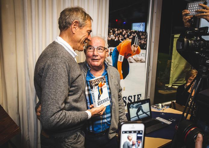 Ard Schenk neemt het eerste exemplaar van het boek 'Keessie' in ontvangst van Kees Verkerk.