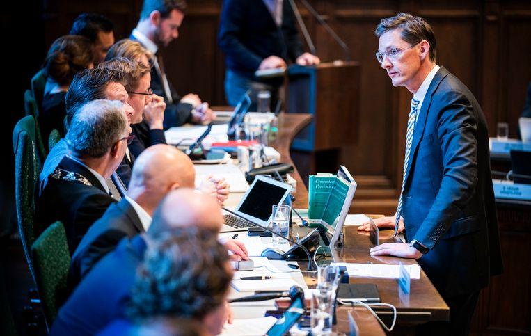 Joost Eerdmans in gesprek met Burgemeester Aboutaleb tijdens het debat over het lekken vanuit de gemeenteraad in Rotterdam.  Beeld Freek van den Bergh/de Volkskrant