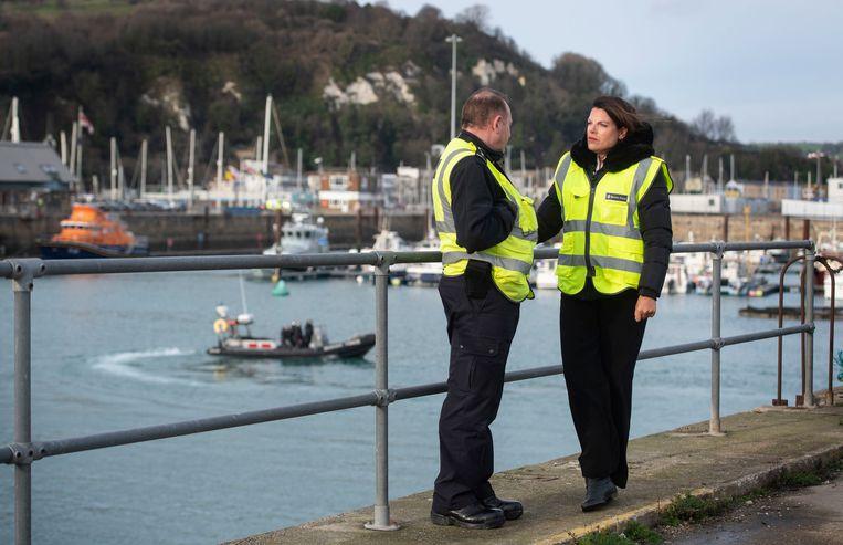 Britse minister van Immigratie Caroline Nokes (r.) in de Britse kustplaats Dover.