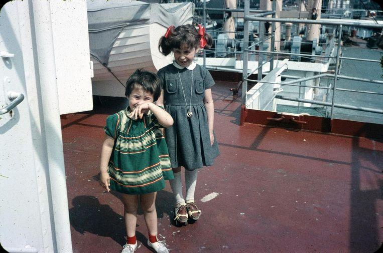 Léonie (rechts) met haar zus Raymonde op het schip van hun vader, een Franse kapitein op de grote vaart. Beeld