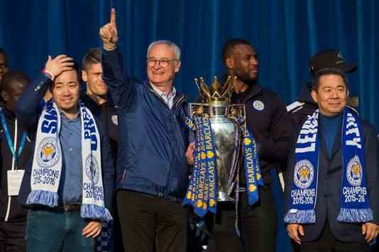 Rechts eigenaar Vichai Srivaddhanaprabha na het winnen van de Britse Premier League met Leicester in 2016. Hij kocht de club in 2010 toen nog actief op het derde niveau. Links zijn zoon Aiyawatt, vice-voorzitter van de club. Hij zat niet aan boord van de heli.