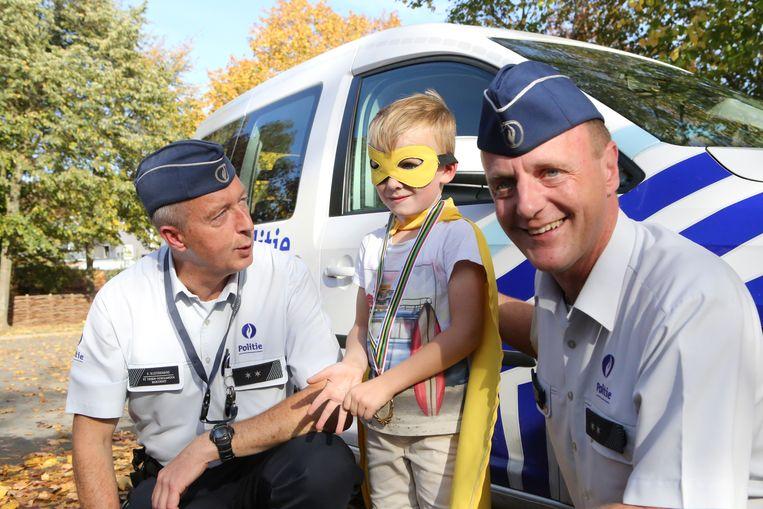 Jef de superheld krijgt een medaille van de politie als beloning voor zijn inzet en moed.