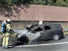 Rijdende auto vliegt in brand op A12 bij De Meern: ouder stel op tijd uit voertuig