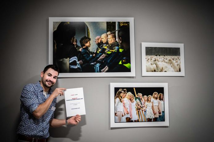 Rob Engelaar bij zijn prijswinnende foto€ waarmee hij zaterdagavond in Museum Hilversum de eerste prijs gewonnen heeft in de categorie Nieuws Regionaal bij de Canon Zilveren Camera 2017.