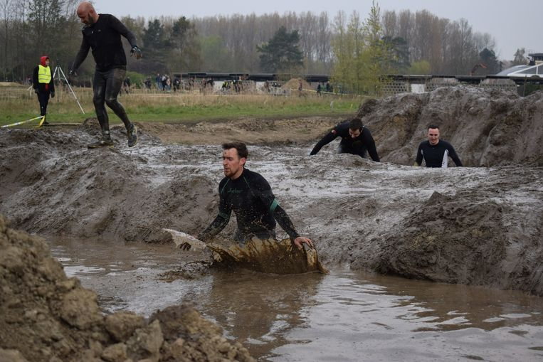 De deelnemers aan de Viking Run moesten naast bakken modder en obstakels ook de koude trotseren.