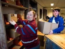 Werknemers met beperking runnen nieuw pakketpunt in Utrecht: 'Bij mij zijn de pakketjes in goede handen'