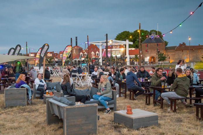 Iedereen is welkom in de Harderwijkse horeca. Het is niet de bedoeling geweest van burgemeester Van Schaik mensen die op 1 juni meededen aan de drukbezochte demonstratie op de Dam daadwerkelijk te weren.