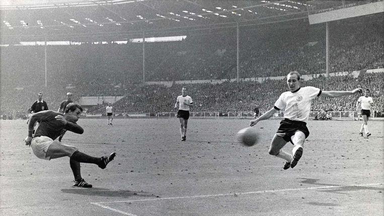 Geoff Hurst schiet in de finale van het WK 1966. Beeld anp