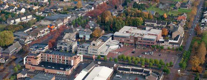 Het centrum van Heesch met iets rechts van het midden cultureel centrum De Pas en de bibliotheek. Bij de boom uiterst links op de foto staat cursuscentrum De Eijnderic.